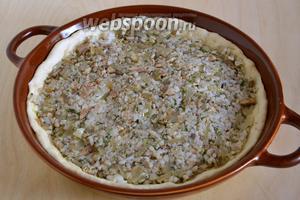 Раскатайте тесто в 2 плоских лепёшки диаметром примерно 23-25 см. В смазанную маслом форму, положите первую лепёшку, затем равномерно распределите по ней начинку.