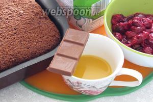 Для торта нам понадобится заранее приготовленный, за минимум 12 часов,  бисквит шоколадный шифоновый в мультиварке  (я готовила в духовке), вишня замороженная, сливки растительные, шоколад для ганаша, сливки для ганаша, апельсиновый сок для пропитки торта.