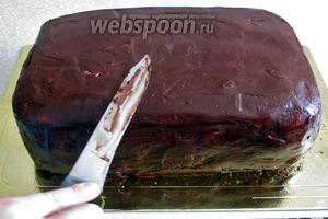 После застывания вынимаем торт, нагреваем нож и выравниваем поверхность торта, насколько позволяет умение. Моё пока не на высшем уровне и даже ниже среднего.