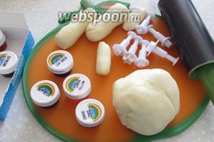 Для оформления готовим молочную мастику, красители, выемки, скалку.