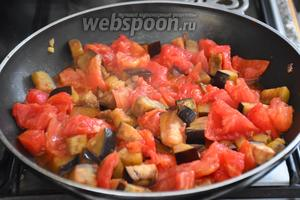 Добавить помидоры, 1 щепотку сахара и готовить 35-40 минут.