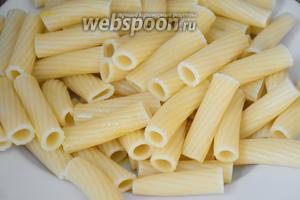 Пасту отварить, согласно инструкции на упаковке, «аль денте». Выложить пасту на блюдо и сбрызнуть оливковым маслом.