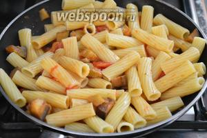 К овощам добавить пасту, хорошо перемешать, посолить и поперчить по вкусу, и прогреть на сильном на огне 3-4 минуты.