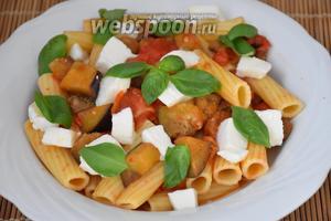 Выложить пасту на блюдо, сверху разложить нарезанную кубиками Моцареллу и листочки базилика. Приятного аппетита!:))