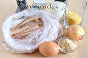 Подготовьте необходимые ингредиенты для котлет: филе трески (у меня  розовая  треска, но можно и обычную), яйцо, молоко, лук, соль, смесь перцев, тимьян (по желанию), панировочные сухари и рисовые хлопья (можно заменить на белый или зерновой хлеб). Также понадобится кусочек масла для смазывания пароварки.
