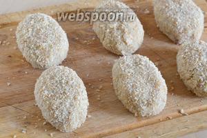 Из готового фарша слепите котлеты, по 1-2 на порцию и обваляйте каждую в сухарях со всех сторон.
