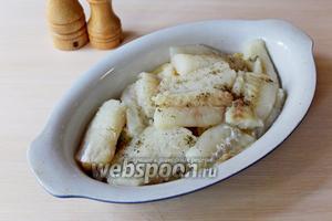 Сверху выложить нарезанное на кусочки филе минтая (600 г), приправить по вкусу.