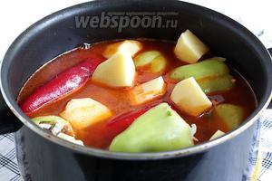 Выложить в сотейник перцы, картофель и снова долить воду. Тут по желанию, больше или меньше. Посолить по вкусу, довести до кипения, положить лаврушку и варить под крышкой до готовности перца и картофеля.
