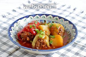 Подавать перец с картофелем, соусом, посыпав свежей зеленью и подав к нему сметану.