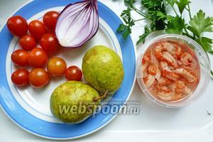 Для салата нам понадобится банка раковых шеек (хвостиков) в рассоле, помидоры черри, фиолетовый лук, груша с плотной мякотью, петрушка.