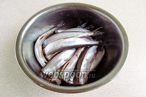У рыбок отрезать головы, удалить внутренности и чёрную выстилающую плёнку.