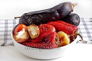 Достать испечённые овощи, сложить их в удобную ёмкость и на некоторое время накрыть пакетом, чтобы легче отходила кожица при очистке.
