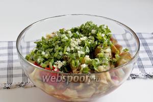 Нарезать овощи кусочками и сложить в салатник. Добавить рубленный чеснок, зелёный лук, 1/4 острого перца и свежую кинзу. Советую, не класть сразу много чеснока, попробовать сначала 1 зубчик, иначе он забьёт вкус салата.