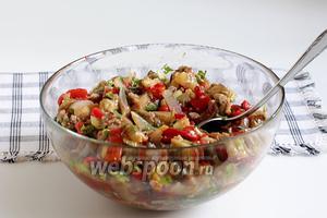Хорошо перемешать салат, посыпать красным перцем, полить растительным маслом и посолить его по вкусу. Подавать в тёплом виде. Салат вкусен из холодильника и на следующий день.