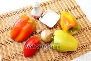 Для приготовления нам понадобятся помидоры, сладкий перец, лук репчатый, чеснок, соль, сахар и столовый уксус.