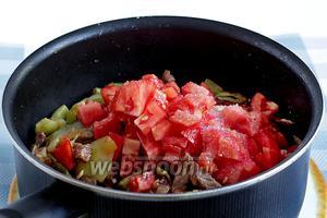 Когда овощи приобретут мягкость, только тогда можно добавлять мелко нарезанные помидоры. Кожицу можно очистить или оставить так. Перемешать и тушить блюдо до объединения всех составляющих. Всыпать щепотку сахара.