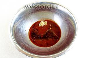 Соединить соевый соус, соус «Ткемали», чеснок и подсолнечное масло.