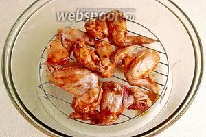 Перед приготовлением слить маринад с крылышек и разложить их на высокой решётке аэрогриля.