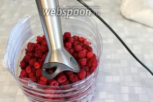 Малину удобно собирать в большую пластиковую бутыль, обрезанную пополам, с продетым в дырочки по краям шнурком и надетой на шею. Чистую перебранную ягоду можно переработать прямо в этой ёмкости, потом её выбросить без хлопот.