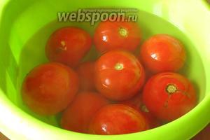 Заливаем помидоры кипятком на 2 минуты.