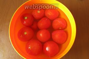 Помещаем помидоры в холодную воду, шкурка лопается. Если шкурка держится, делаем надрез и легко снимаем шкурку.