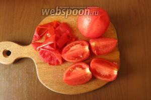 Снимаем шкурку с помидоров, нарезаем на четвертинки.
