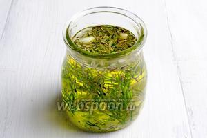 Накануне можно приготовить пряное масло. В баночку с маслом добавить любимые травы и нарезанные мелко 2 дольки чеснока.
