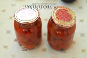 Вскипятить воду и залить помидоры на 30 минут. Банки прикрыть крышками.