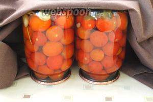 Баночки с помидорами перевернуть вверх дном, укутать и оставить до полного остывания. Хранить в кладовке или в погребе. Приятных и вкусных вам заготовок!