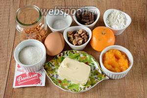 Для приготовления необходимы яйца, сахар, мука пшеничная, масло сливочное, ванилин, грецкие орехи, тыквенное пюре, цедра апельсина, шоколад, разрылитель.