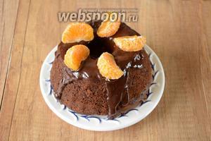 Очищенный мандарин разделить на дольки. Выложить дольки сверху на кекс.