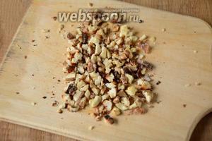 Грецкие орехи обжарить на сухой сковороде, остудить и измельчить.
