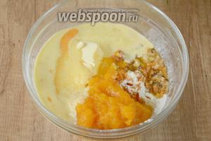 К муку добавляем тыквенное пюре, желтки с сахаром, цедру апельсина и мандариновый сок. Взбиваем миксером на низких оборотах, в однородную массу.