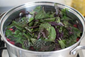 После добавьте помытые листья базилика.