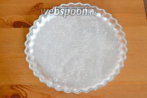 Подготовить форму для выпечки подобных открытых пирогов (с низкими бортиками). У меня диаметр формы 27-28 см. Смазать её сливочным маслом и присыпать мукой.