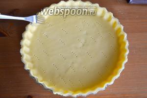 Отделить 2/3 теста и раскатать в пласт толщиной, примерно, 5-7 мм. Помогая себе скалкой, перенести тесто в форму и сформировать небольшой бортик. Наколоть тесто вилкой.