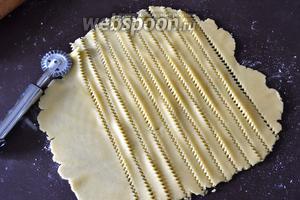 Оставшееся тесто также раскатать на рабочей поверхности и нарезать из него полоски (шириной 1 см или чуть меньше).