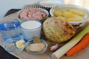 Набор ингредиентов для приготовления запеканки: картофель, корень сельдерея, морковь, лук-порей, куриный фарш (можно индюшиный), молоко и вода для приготвления пюре, лавровый лист, чеснок, панировочные сухари и сметана.