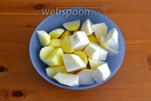 Картофель и корень сельдерея очистить и нарезать на кусочки.