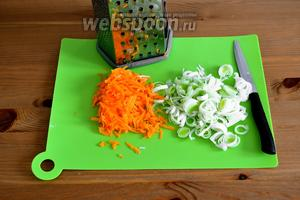 Тем временем, пока варится пюре, очистить морковь и натереть на крупной тёрке. Лук-порей нарезать кольцами (белую часть).