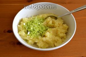 Как только картофель и сельдерей будут готовы, вытащить лаврушку и приготовить пюре! Должно хватить оставшейся, при варке, жидкости, но можно добавить горячего молока. Отдельно мелко нарезать зелёную часть порея и добавить в пюре. Перемешать.