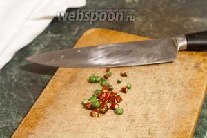Режем тонкими колечками острый перец.