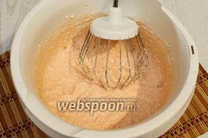 Сливки взбиваем до растворения зефира. В конце взбивания добавляем подогретый желатин, желатин нужно сначала тщательно перемешать до растворения крупинок.