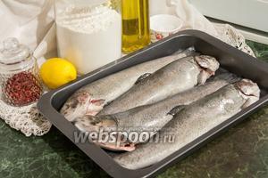 Нам понадобится крупная очищенная речная форель, розовый перец, лимон, оливковое масло для жарки, соль и мука.