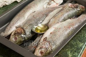 Поливаем каждую рыбку оливковым маслом. Кстати, в таком виде она спокойно сохранится в холодильнике и до следующего дня, если вы готовите банкет.