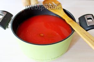 В томатный сок добавить соль, сахар, перец острый и сладкий и поставить вариться ещё минут на 20.