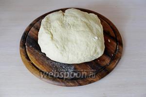 Замесить мягкое, эластичное тесто, завернуть в плёнку и убрать в холодильник минут на 30.