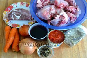Ингредиенты: тушка кролика, сырокопчёный бекон, лук, морковь, красное вино, помидоры в собственном соку, каперсы, масло оливковое, масло сливочное, соль, перец, веточка розмарина и веточка тимьяна (или смесь сухих специй).