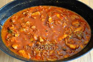 Через 2 часа тушения, соус-рагу немного уварится и будет выглядеть вот так... Подавать с вашим любимым гарниром! Очень вкусно с любыми видами макаронных изделий, с кашами, с картофельным пюре.