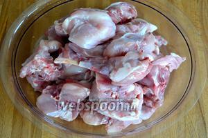 Подготовить кролика; вымыть, осушить и разрезать на порционные куски.